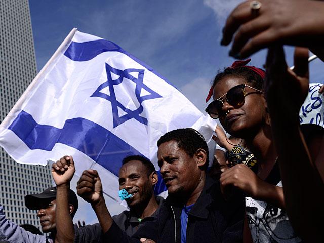 """Участники акции протеста направляются от торгового центра """"Азриэли"""" к площади Ицхака Рабина"""