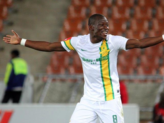 В отборочном матче полузащитник сборной ЮАР забил гол ударом со своей половины поля