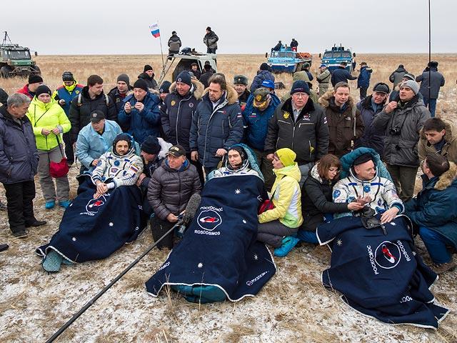 Михаилом Корниенко, Сергей Волков и Скотт Келли после приземления. Казахстан, 2 марта 2016 года