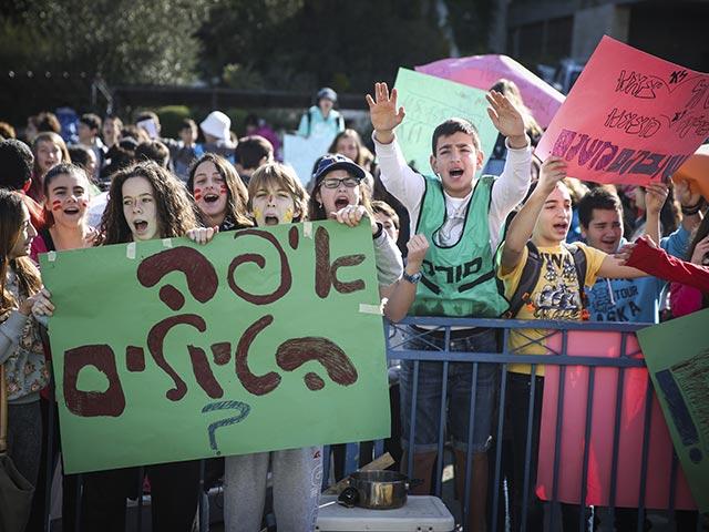 Забастовка в старших классах, школьники требуют возобновления экскурсий