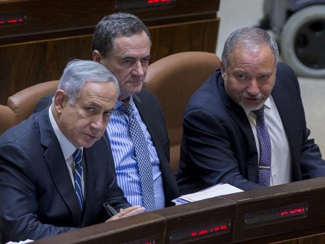 Биньямин Нетаниягу, Исраэль Кац и Авигдор Либерман на церемонии приведения к присяге. 30 мая 2016 года