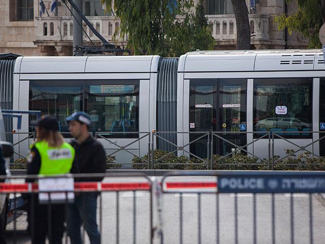 На трамвайной остановке в Иерусалиме задержан вооруженный ножом араб