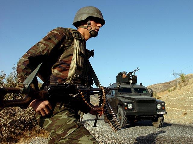 Государственный турецкий телеканал передает, что власть в стране захватила армия; правительство отрицает