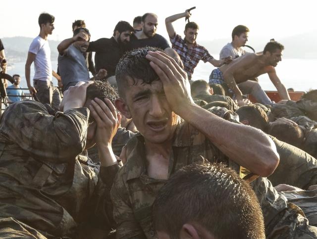 Арестованные мятежники в Стамбуле