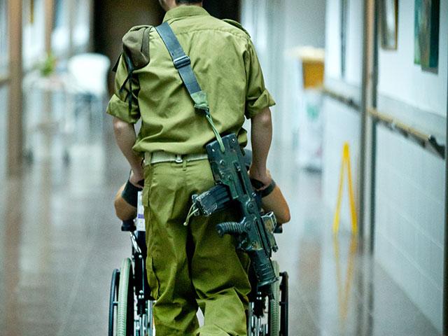 Раненый солдат, для которого израильтяне собирали деньги, не может вернуться домой