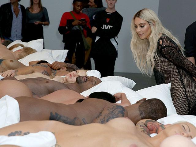 Ким Кардашьян на выставке по мотивам клипа Канье Уэста. 26 августа 2016 года