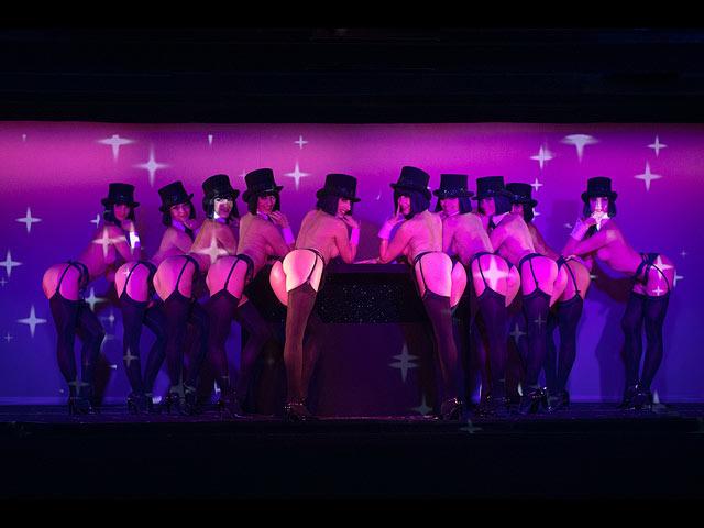 Стриптиз с использованием огней, порно видео шикарных замужних дамочек