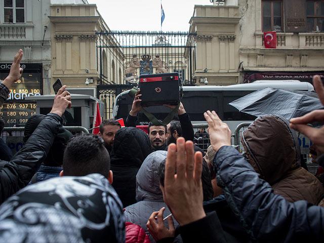 У консульства Нидерландов в Стамбуле. 12 марта 2017 года