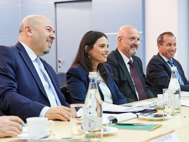 Слева - посол Израиля в РФ Гари Корен и министр юстиции Израиля Айелет Шакед. Москва, 20 апреля 2017 года