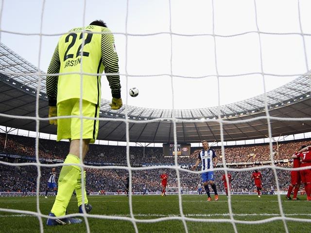 """Невероятная ошибка вратаря. Автогол Хедиры. """"Лейпциг"""" выходит в Лигу чемпионов"""
