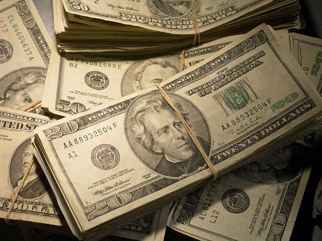 Водитель нашел в автобусе 10.000 долларов и вернул их пассажиру