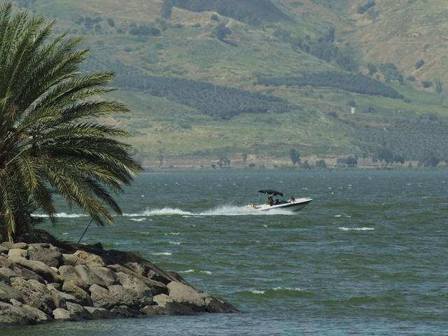У пляжа в Тверии чуть не утонул мужчина