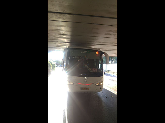 В Тель-Авиве застрял под мостом автобус