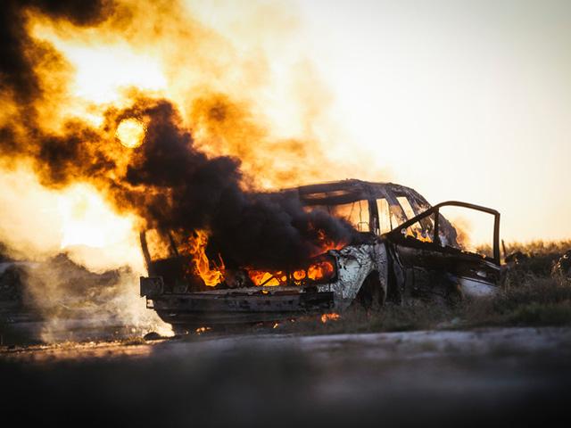 США: водитель бросил горящую машину вместе с девушкой