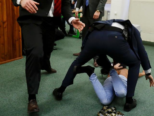 Активистка FEMEN помешала голосовать президенту Земану