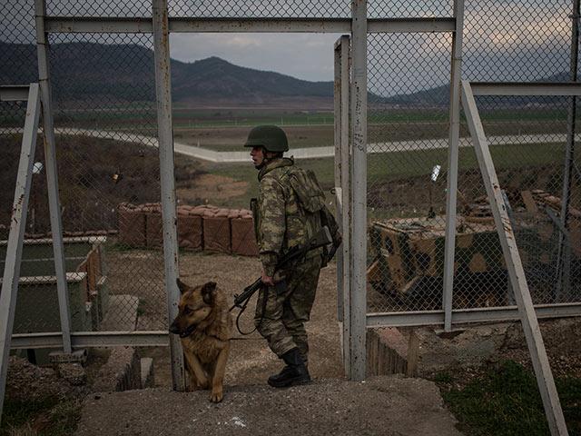 """Турецкая армия сообщила о нейтрализации 1.400 """"террористов"""", курды стягивают войска в Африн"""