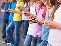Детям с первого по шестой класс запрещено пользоваться смартфонами в стенах школы