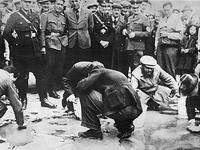 Евреи натирают мостовую в Вене под присмотром представителей властей Австрии и Германии. Конец 30-х годов