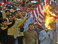 Манифестанты ворвались в посольство США в Багдаде, здание горит