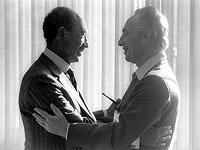 Египетский президент Анвар Садат (слева) и Шимон Перес. 25 мая 1979 года, Беэр-Шева