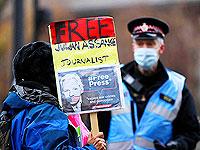 Полицейский и сторонник Джулиана Ассанжа у суда в Олд-Бейли, Лондон, 4 января 2021 года