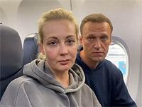 """""""Мальчик, водочки нам принеси. Мы домой летим"""". Супруги Навальные возвращаются в Москву"""