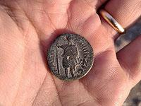 """Изображение сирийского бога луны Мена и надпись, в которой упоминаются """"люди Гевы Филипповой"""""""