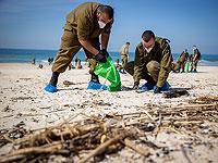 Cолдаты очищают пляж Пальмахим после разлива мазута, который залил большую часть израильского побережья, 22 февраля 2021 года
