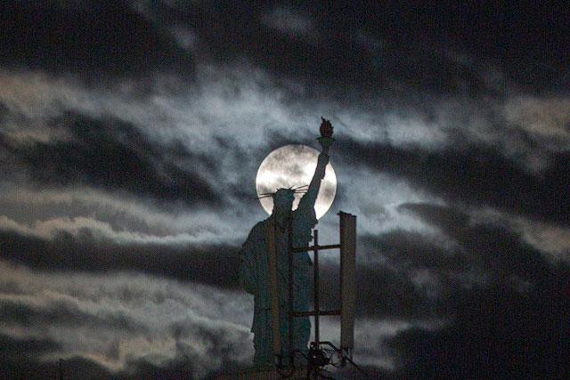 Суперлуние над копией статуи Свободы. Приштина, Косово