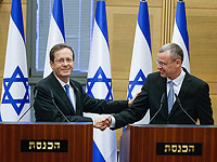Спикер Кнессета Ярив Левин (справа) поздравляет Ицхака Герцога (слева) с избранием на пост президента, 2 июня 2021 года