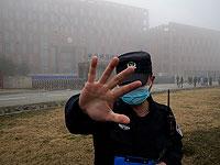 Китайский полицейский у института вирусологии в Ухане
