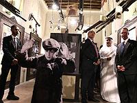 """Эйтан Наэ (третий справа), Ахмед Аль Мансури, основатель частного музея """"Перекресток цивилизаций"""" (второй справа) и посол Германии в ОАЭ Питер Фишер (справа), на выставке посвященной Катастрофе еврейства. Дубай, ОАЭ"""