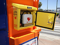 """В Тель-Авиве парамедик спас жизнь мужчине благодаря """"общественному"""" дефибриллятору"""