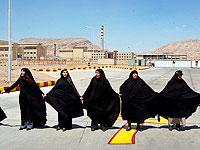 Иранские женщины у завода по обогащению урана в городе Исфахан проводят акцию в поддержку ядерной программы Ирана