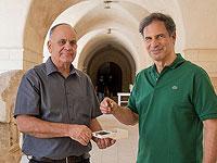 Справа налево: Эйтан Стива и Эли Эскозидо, директор Управления древностей Израиля