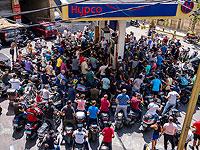 Мотоциклисты ждут, чтобы заправиться топливом на бензоколонке в Бейруте, Ливан, 31 августа 2021 года