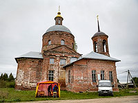 Передвижной избирательный участок в селе Парфеново у Богоявленской церкови. Московская область, 18 сентября 2021 года
