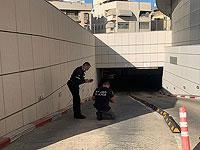 На подземной парковке в Холоне автомобиль врезался в стену, погибла женщина
