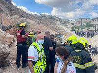 """На строительной площадке около 754-й дороги рядом с автозаправкой """"Паз"""" на въезде в Кафр-Кану скала обрушилась на трактор и находившихся поблизости рабочих. Пострадали шесть человек"""