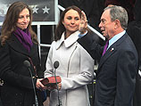 Эмма и Георгина Блумберг смотрят на отца, Майкла Блумберга. Январь 2010 года
