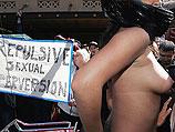 """Но плакаты протеста с надписями типа """"Мерзкие сексуальные извращенцы"""" у организаторов ярмарки и парада не вызывают ничего, кроме улыбок"""