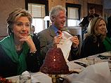 Билл Клинтон с женой и дочерью в ресторане