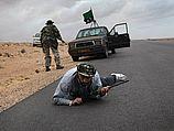Ливийские повстанцы в бою возле Рас-Лануф. 08.03.2011