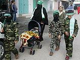 Семья направляется на парад ХАМАСа в Газе