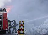 Тушением возгорания занимаются три пожарных расчета