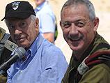 Президент Израиля Шимон Перес и начальник генштаба Бени Ганц во время учений ЦАХАЛа. 24 мая 2011 года