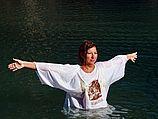 Паломница в месте крещения Христа (иллюстрация)