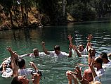 Паломники в месте крещения Христа (иллюстрация)