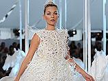 """Выйдя на подиум в белом """"пушистом"""" платье, Кейт представила публике и экспертам новые фантазии Джейкобса, воплотившиеся в необычных тканях и женственных силуэтах"""