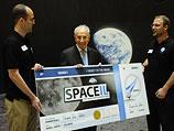 Пересу был вручен символический билет на полет к спутнику Земли